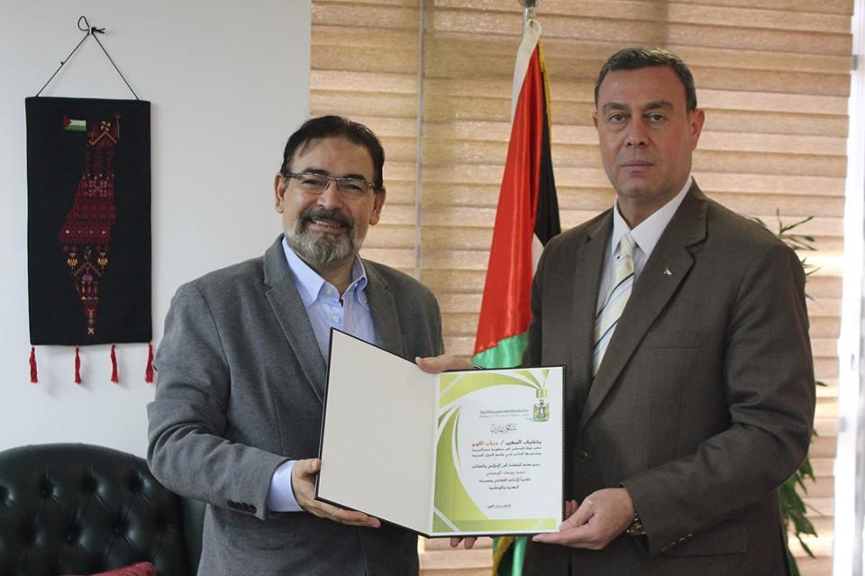 السفير دياب اللوح يكّرم الإعلامي الفلسطيني محمد يوسف الوحيدي