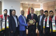 السفير دياب اللوح يستقبل فريق جامعة الأزهر لكرة القدم