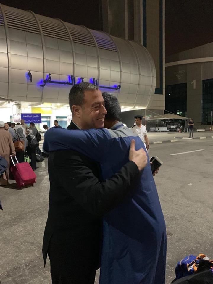 *السفير دياب اللوح يستقبل حجاج مكرمة خادم الحرمين الشريفين لأسر الشهداء بمطار القاهرة*
