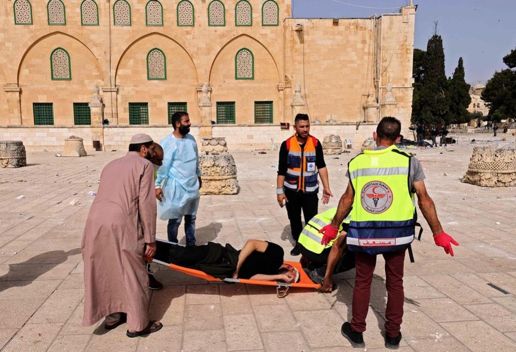 الهلال الأحمر: مئات الإصابات بالأجزاء العليا من الجسم بينها خطيرة باقتحام الاحتلال للأقصى